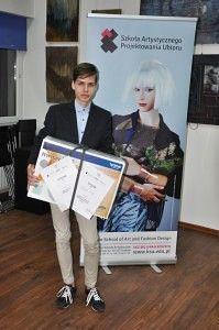 Zwycięzca konkursu Borys Kral z maszyną ufundowaną przez firmę Brother partnera konkursu