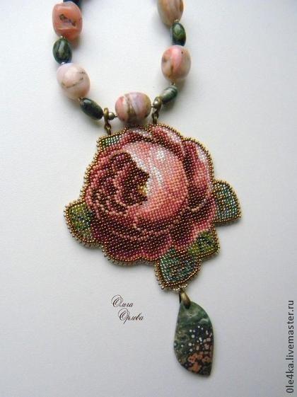 Кулон `Роза`. ОТЛОЖЕН!!!!!!!!! Красивая роза на бусах из розового опала и яшмы, с подвеской из океанической яшмы. Длина бус 43-53 см.