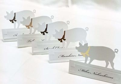 Sitting Card 【Pig】 席札 ぶたさん|席札 結婚式ペーパーアイテムや披露宴のパンフレット形の席次表など。こだわりブライダルのお手伝いトゥルーハートイズプット。