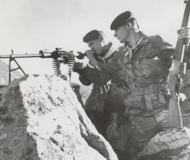 2 French paratroopers of the 2nd REP at an overlooking position in Algeria.