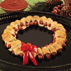 Christmas Mini Sausage Wreath - 25 Amazing Christmas Party Appetizer Recipes! Fun Food Ideas and more for a Holiday Party. LivingLocurto.com