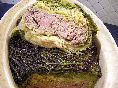 TERRINE DE CHOU FARCI (Pour 6 P : 2 choux verts moyens ou 1 très gros, 600 g de farce aux marrons, 40 cl de vin blanc sec, 4 c a s de graisse de canard (ou d'oie), 1/2 c à c de paprika, sel, poivre)