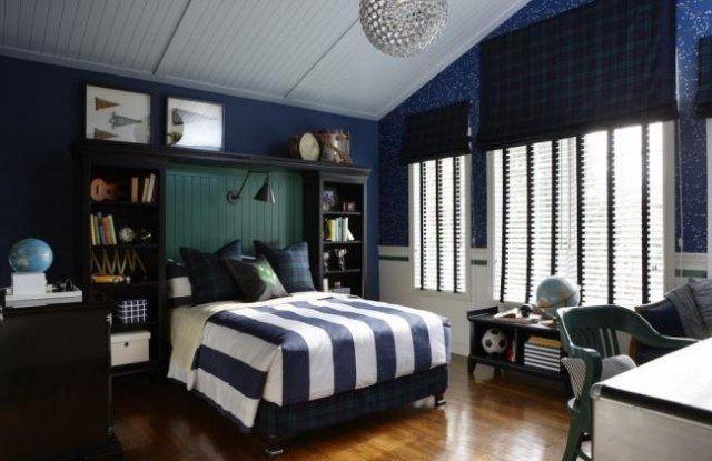 une grand lit dans la chambre d'adolescent