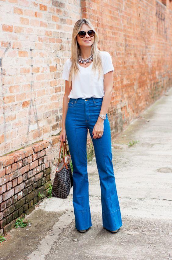 Blusa branca, calça pantalona azul royal.