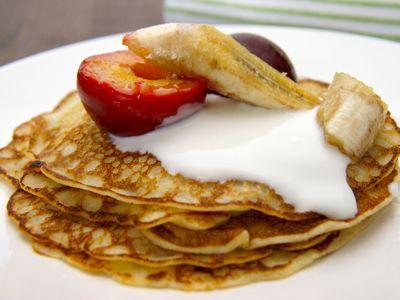 Een heerlijk simpel maar fantastisch lekker ontbijt zijn deze karnemelkse pannenkoeken de gekarameliseerde pruimen en banaan maken het met wat dikke yoghurt helemaal af.__