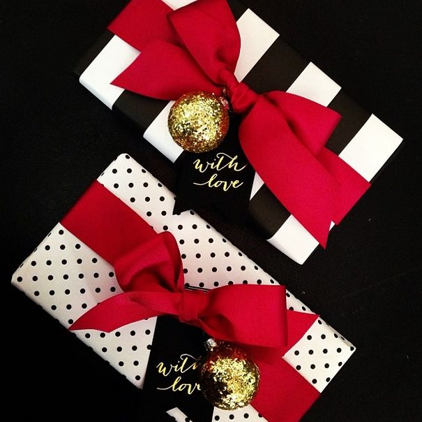Yes that black and white wrapping w red or green ribbon and gold accent