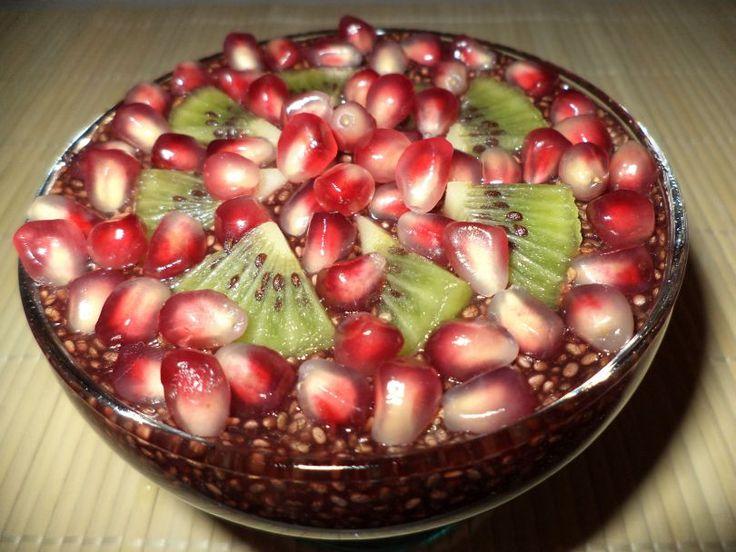 Budinca De Chia Cu Dulceata De Afine / Chia Pudding With Blueberry Jam https://vegansavor.wordpress.com/2015/07/31/budinca-de-chia-cu-dulceata-de-afine-chia-pudding-with-blueberry-jam/ #Topoloveni #blueberry #jam #pomegranate #kiwi #vegan #sweets