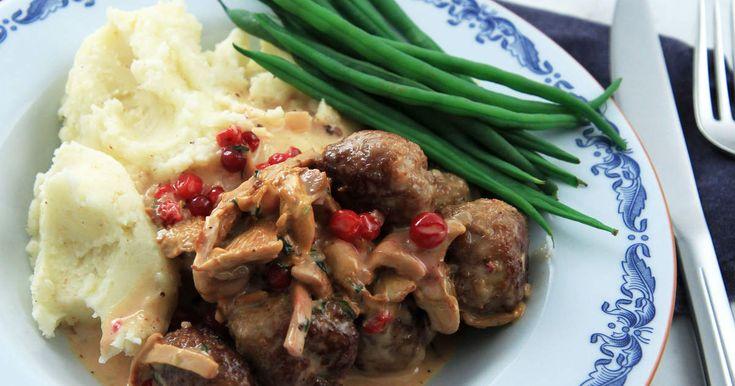 Lamb meatballs with Chanterlle sauce! Lite lyxigare variant på vardagsfavoriten köttbullar med potatismos. Köttbullarna är gjorda på lammfärs och serveras med en gräddig kantarellsås och haricots verts.