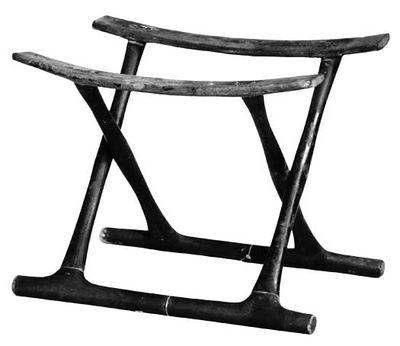 Design gennem tusindvis af år. Der er slående ligheder mellem den klapstol, der er fundet i Guldhøj, og dens artsfæller i Middelhavsområdet. Der er dog ingen tvivl om, at det ikke er selve klapstolen, der har foretaget rejsen fra Middelhavsområdet til Danmark. Derimod er det stolens idé eller design, der har rejst den lange vej. Idéen er kommet langvejs fra, stolen er hjemligt produceret. Klapstolens design er enkelt og anvendeligt. Således har der i nyere tid været moderne fortolkninger af…