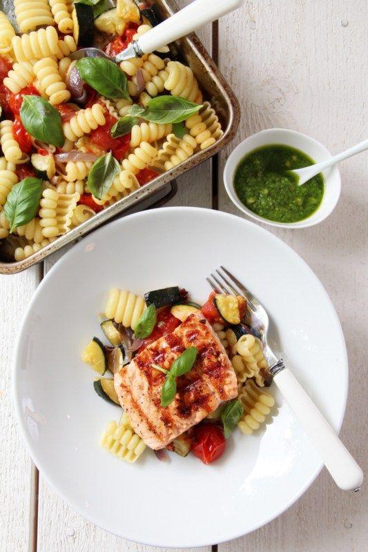 Grillet laks med pastasalat og pesto