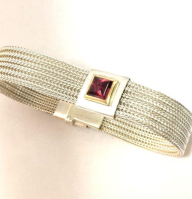 Dieses Armband ist eines meiner Lieblingsstücke! Die Kombination von Silber mit 750/- Gold und dazu der pink/rosa Turmalin wirkt einfach unglaublich frisch und fröhlich! Verschlossen wird das...
