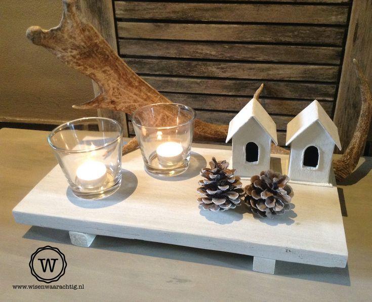 Houten dienblad met winterse decoratie. Huisjes zijn leuk.