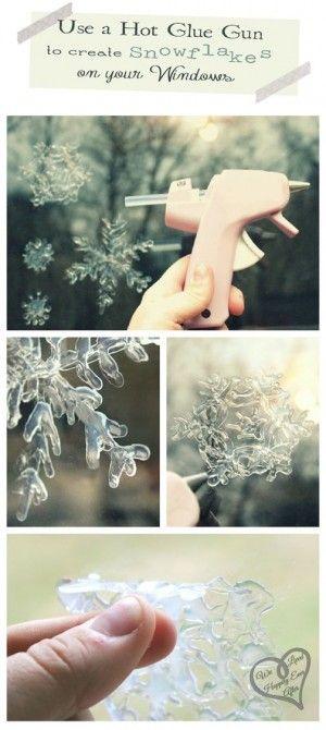ijsbloemen maken met een lijmpistool  En glasplaat tekening er onder met het  lijmpistool het patroon over treken. Je kan in de natte lijm ook nog wat glitters strooien voor een ander effect.  Laten drogen en opplakken