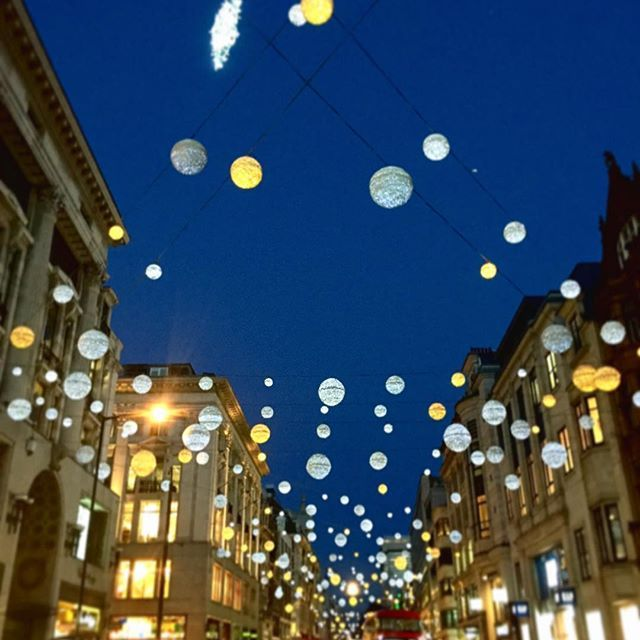Instagram【welcometomorrow】さんの写真をピンしています。 《ロンドン市内のクリスマスのイルミネーション真っ盛りです!まだクリスマスまで一ヶ月以上ありますが、このライトを見るともうクリスマス用のショッピングを考え始めちゃいますね🎄🎁 こちらはオックスフォードサーカスです。目で見える限りこの道にずーっとライトが続いていて、とっても綺麗です✨ . . #london #oxfordcircus #xmas #travel #traveling #visiting #instatravel #instago #instagood #photooftheday #travelling #instapassport  #ロンドン #イギリス #英国 #留学 #留学したい #語学留学 #海外 #海外生活 #ロンドン散歩 #ヨーロッパ #旅行 #旅 #観光 #英語 #夜景 #クリスマス #イルミネーション》