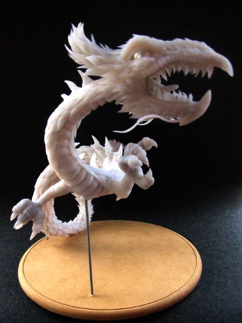 Escultura de dragón en porcelana fria.
