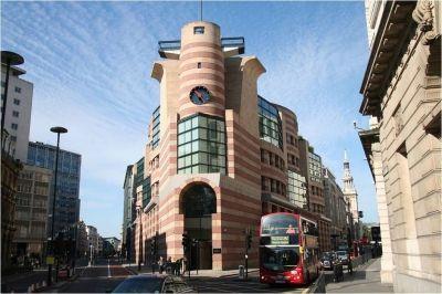 Een gebouw met ronde en boog-achtige vormen