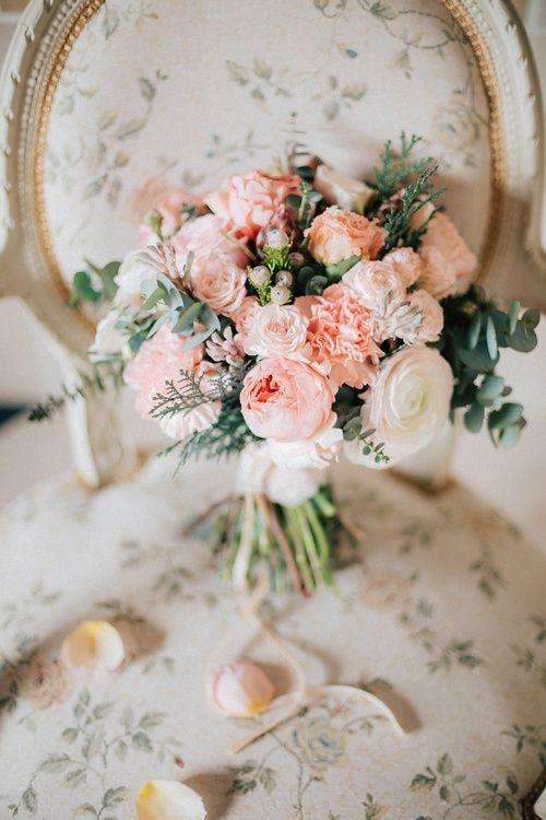 Красивый букет невесты на стуле в стиле Fine Art.