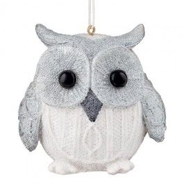 This ceramic owl definitely deserve a spot of your Christmas tree, covered in white glitter, he is sure to spread some joy. 13.5cm x 7.5cm x 5.5cm