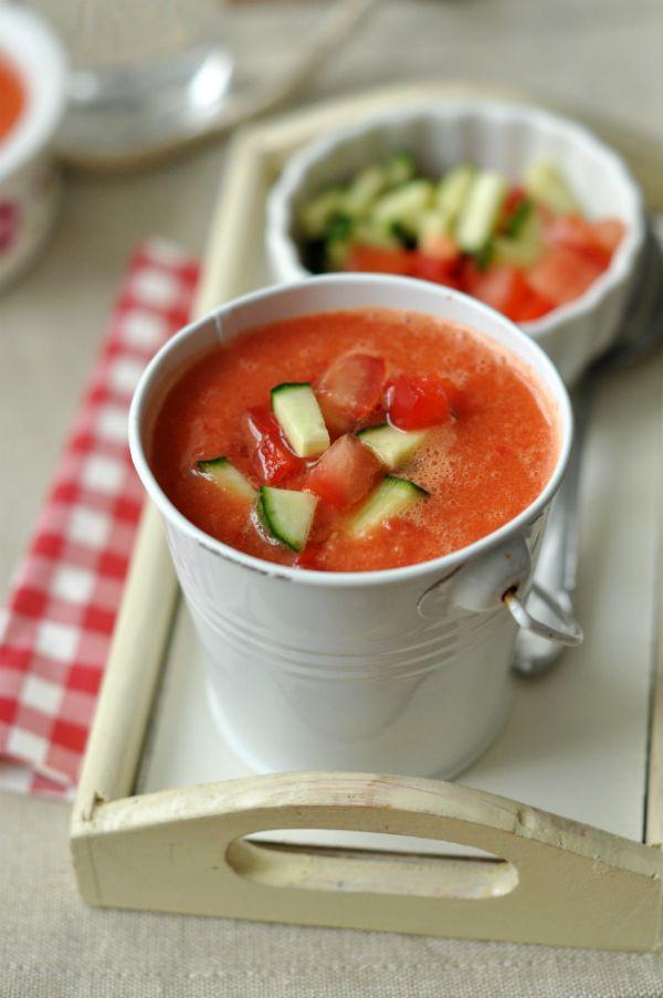 Gazpacho - laktózmentes leves Ebben a nagy hőségben hűsítsük magunkat hideg levesekkel (is). Tökéletes példa erre a spanyolok híres gazpachoja, ami nemcsak hűsít, de nagyon egészséges is.