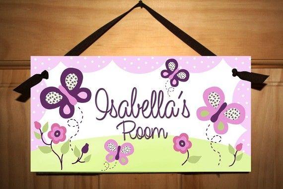 He encontrado este interesante anuncio de Etsy en https://www.etsy.com/mx/listing/59952704/girls-purple-butterfly-bedroom-door-sign
