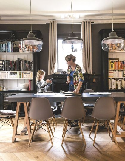 Une table à manger en bois et métal. Plus de photos sur Côté Maison petitlien.fr/7jrg