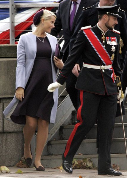 Royal pregnancy style file: How Mary, Maxima and co showed Kate the way in looking princess-perfect - Photo 17
