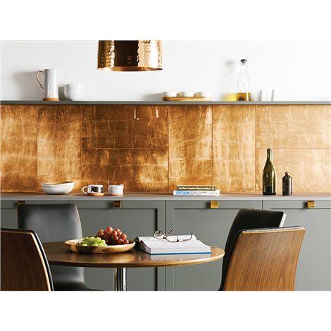 Die großflächigen Glasfliesen sind mit einer Folienschicht versehen, sodass sie wunderbar in einem rotgoldenem Kupferton schimmern. Perfekt geeignet, um einzelne Wandabschnitte im trendigem Glanzlook hervorzuheben - wie hier die Küchenrückwand.