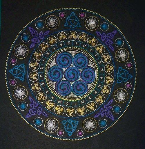 点描曼荼羅「ケルト紋様のルーン盤 」です。お部屋やお店のエネルギーを変えたり、瞑想やストーンの浄化にどうぞ。 私は、ルーンを並べるルーン盤として使っています。...|ハンドメイド、手作り、手仕事品の通販・販売・購入ならCreema。