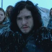 Jon Snow, bâtard de lord Eddard et d'une inconnue,Il a été prénommé Jon en l'honneur de Jon Arryn.Il a été prénommé Jon en l'honneur de Jon Arryn. Il ressemble beaucoup à son père, au grand dam de sa belle mère Catelyn. Il a les cheveux très foncés et les yeux gris. Il ne s'entend pas bien avec sa belle-mère Catelyn, qui ne supporte pas l'idée que Ned ait ramené son bâtard à Winterfell avant qu'elle y soit elle même installée avec son fils légitime...