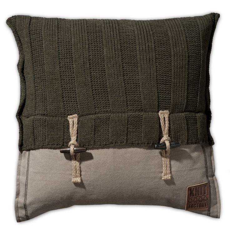 Stoer eigentijds kussen met houtje touwtje knopen 50x50 uit onze Knit Factory collectie. Nu ook te bestellen via onze webshop shop4kussens.nl