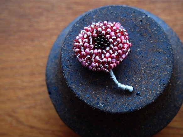 [ohana brooch - allium red]フェルトに赤いアリウムの花をイメージしたブローチです。キュートな色合いに仕上がりました。お洋服やストール、バックのアクセントにお使い下さい。・・・・・・・・・・・・・・・・・・・・・・・・・・・■ SIZE     W3×H4.5cm ■ MATERIAL  フェルト/グラスビーズ/ブローチピン2.5cm ・・・・・・・・・・・・・・・・・・・・・・・・・・・※デリケートな素材を使用しています。ビーズや刺繍部分など、お取扱いは優しくお願い致します。※PC環境により画面上では実物と色が異なって見える場合がございます。ご不明な点がありましたら、お問い合わせ下さい。