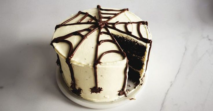 Cómo hacer un pastel de tela de araña para Halloween. Este pastel de tela de araña es perfecto para cualquier celebración espeluznante de Halloween. Está compuesto por tres capas de pastel de chocolate con un relleno y un baño de crema de mantequilla con sabor a chocolate blanco. La parte superior está adornada con una crema de chocolate y avellanas, con forma de tela de arañas, que también cubre los ...