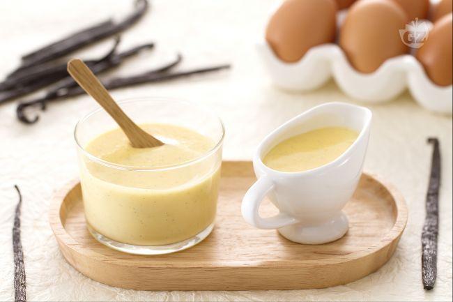 La salsa alla vaniglia è una crema base per accompagnare ciambelle, torte di mele o come dessert al cucchiaio.