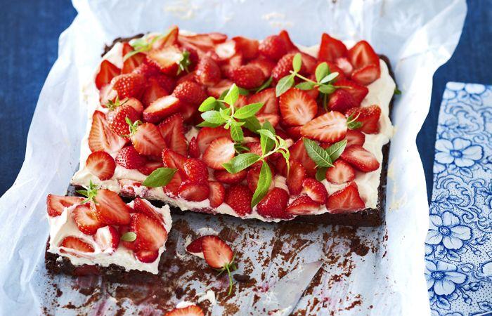 Zoete, sappige aardbeien vind je nuoveral.Heerlijk in combinatie met de pure chocolade in deze aardbeien-brownietaart! Je kunt er zo'n 16 tot 20 stukjes uit snijden. Bereidingstijd: ± 55 min. + afkoelen Ingrediënten: 600 g pure chocolade 100 g boter 175 g suiker 1,5 kg aardbeien 4 eieren 130 g bloem ½ tl bakpoeder snufje zout...