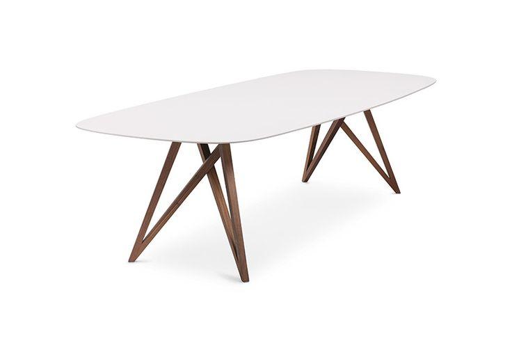 Walter Knoll Seito. Een elegante tafel met een notenhouten onderstel een tafelblad gemaakt van witte quartz. www.deprojectinrichter.com/walter-knoll/
