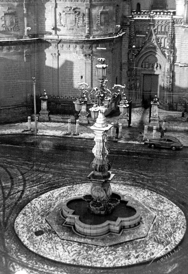 Nieva sobre la Plaza Virgen de los Reyes. Nos encontramos en el 2 de febrero de 1954. Amanece Sevilla blanca