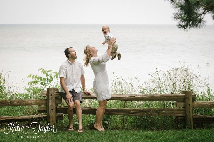 Family photo by Lake Ontario. Brueckner Rhododendron Park. Toronto Family Photography