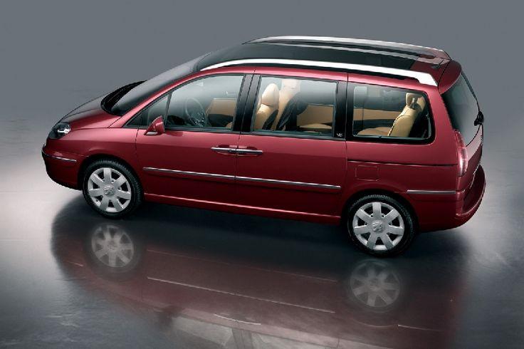 A l'occasion du lancement de la nouvelle 807 à moteur V6, Peugeot dévoile le concept-car Peugeot 807 Grand Tourisme. Son dynamisme est exacerbé par une assiette