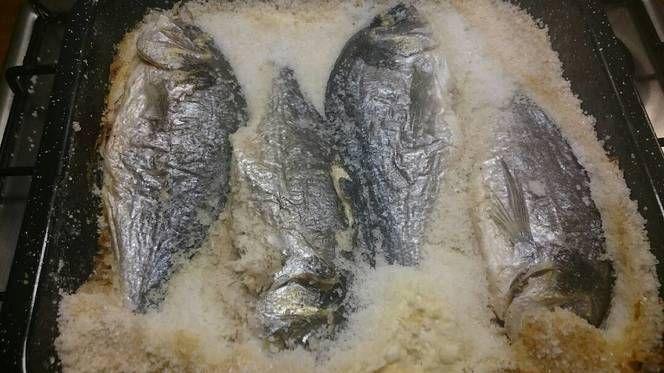 Sókéregben sült hal (orada)