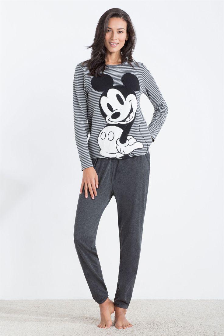 Pijama largo compuesto por camiseta de rayas de manga larga con estampado de Mickey Mouse y pantalón largo con cinturilla ajustable y goma en los tobillos. Comodidad para divertirte soñando.   Para dormir   Women´secret