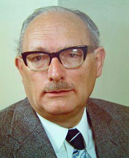 dit is Johan Wilhelm van Hulst. Hij was de baas van de kweekschool vlakbij de schouwburg. hij ving de kinderen op van de schouwburg die dankzij Dhr. Süskind uit de schouwburg werden gesmokkeld