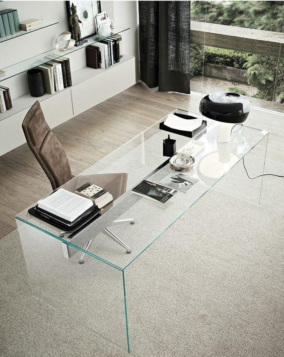 Ein maskuline Heimbüro ist kühler mit einem klaren Glasschreibtisch, es bringt einen nervösen Blick