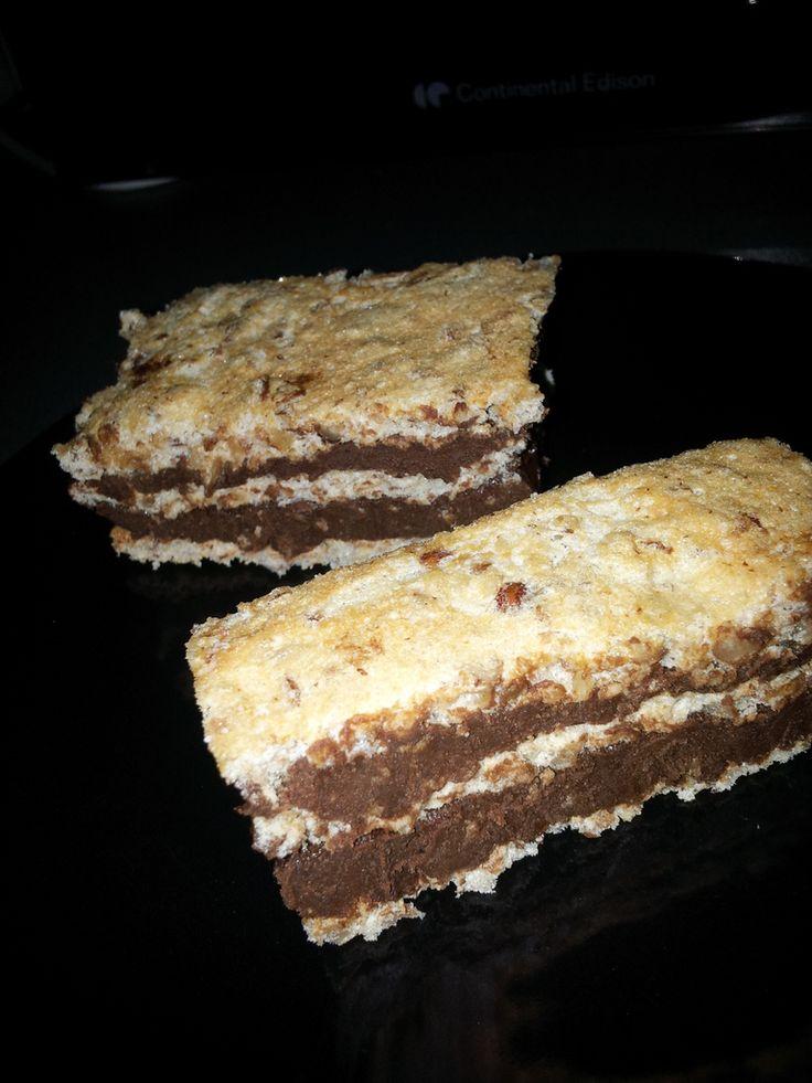 Succès au chocolat une recette simple et rapide à faire Biscuit dacquoise 3 blancs d'œufs 60 g de noisettes concassées 60 g de cassonade 20 g de farine Monter les blancs en neige avec 30 g de cassonade Verser la cassonade en 3 fois, commencer en petite...