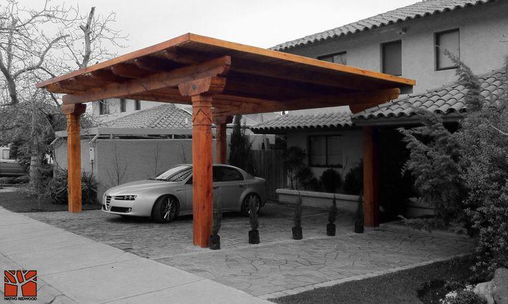 Nativo Redwood. Estacionamiento en casa de condominio en Quilín, con estructura de maderas nativas en roble rústico con pilares dibujados, vigas con punta de can dibujadas, sopandas con tocetos de fierro. www.nativoredwood.com contacto@nativoredwood.com