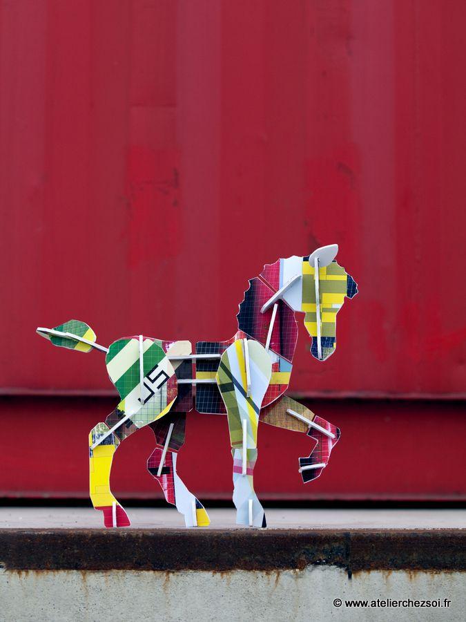 Dimensions : Le cheval monté fait 36 cm de long x 29 cm de hautContenu : Toutes les pièces en carton permettant de construire un cheval en carton coloré.Le cheval tient debout seul une fois monté.Matériau : Tous les éléments