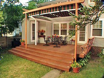 パーゴラを設置すれば、シェードと組み合わせて日よけもでき、日中もウッドデッキで長時間くつろげそうです。庭とつなぐ階段も広くとっているので上がったり降りたりも楽にできますね。