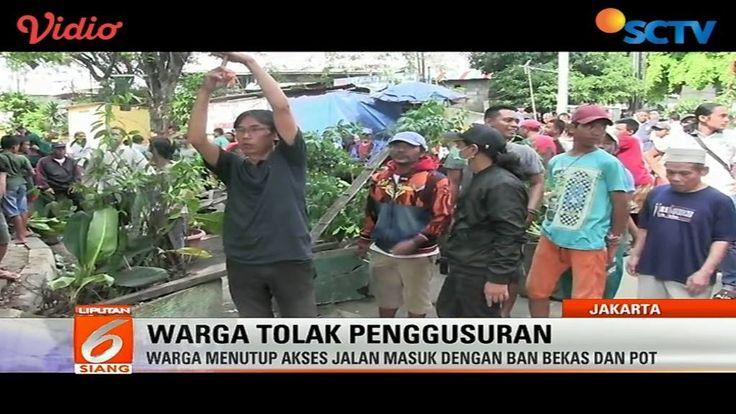 Tolak penggusuran, warga di Manggarai, Tebet, menutup jalan masuk dengan ban bekas dan pot tanaman. #Liputan6SCTV