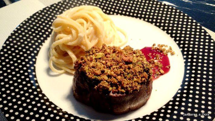 Mignon com Crosta de Pistache e Manteiga de Sálvia acompanhado de Macarrão ao…