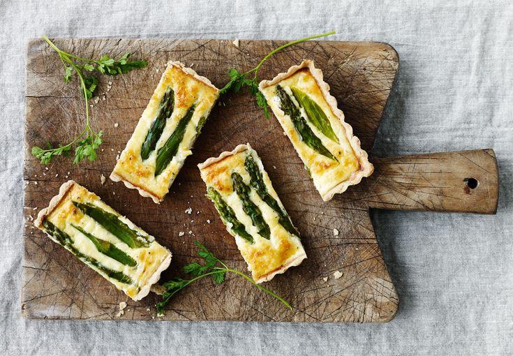 Madtærten får et velkomment comeback i denne eksklusive udgave med sæsonens aromatiske, grønne asparges og cremet gedeost. Den smager af mere!