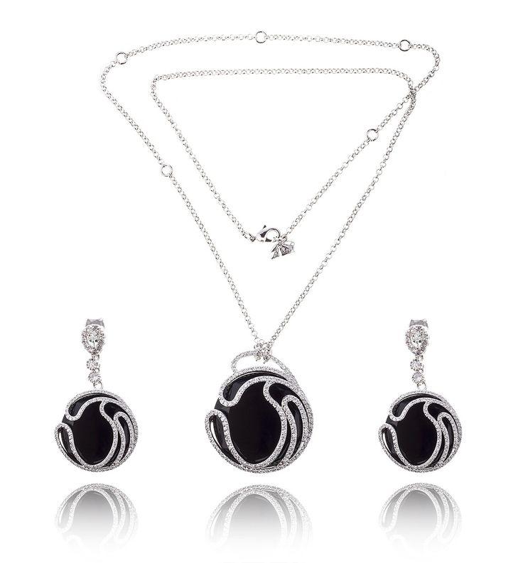 Black Delice Onix Set Medalion si cercei http://www.borealy.ro/bijuterii/seturi/black-delice-set-medalion-si-cercei.html